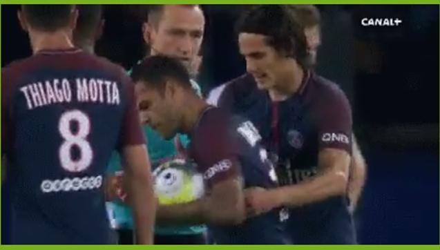 Cavani próbuje wyrwać piłkę Alvesowi, który zanosi ją Neymarowi! XD [VIDEO]