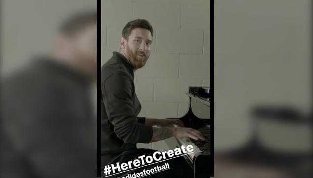 Leo Messi gra na pianinie... HYMN Ligi Mistrzów!