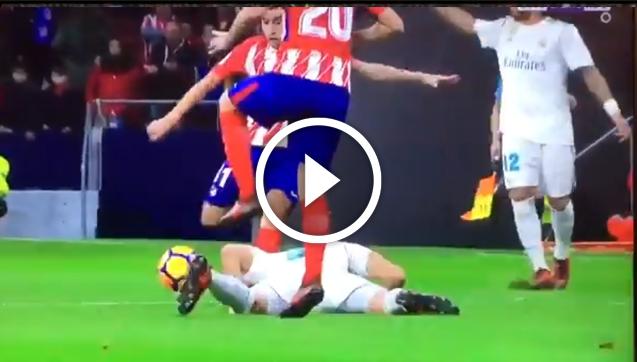Correa wybił Benzemie gole z głowy... xD [VIDEO]