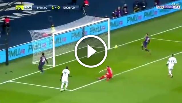 Neymar strzela, ale Di Maria w ostatniej chwili dotyka piłkę! [VIDEO]