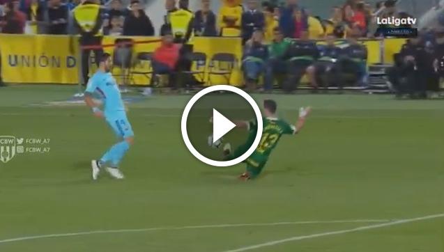 JAJA! Bramkarz Las Palmas blokuje piłkę ręką za polem karnym, a sędzia... [VIDEO]