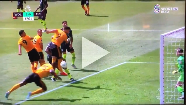 Boly ładuje gola RĘKĄ z Man City! xD [VIDEO]