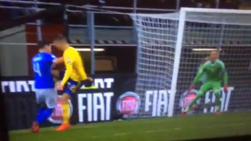 Brutalny atak kolanem w meczu Włochy vs. Szwecja [VIDEO]