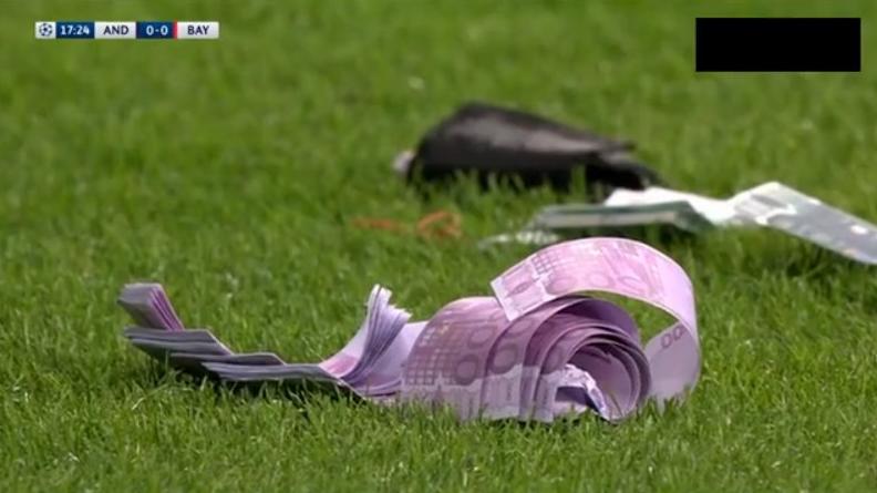 Fani Bayernu rzucają na murawę fałszywe banknoty [VIDEO]
